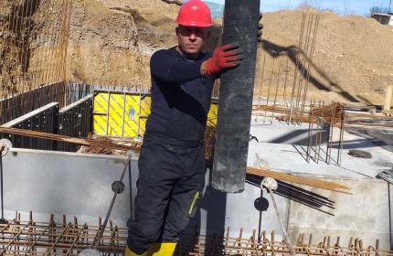 Изливане на бетон за фундамент (снимка)