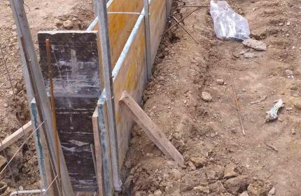 Бетонова ограда на къща (снимка)